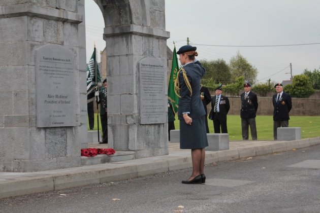 Squadron Leader Susie Barns lays a wreath on behalf of New Zealand (Sara Nylund)