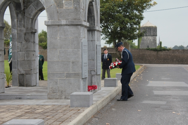 Lieutenant-Colonel Sean Cosden lays a wreath on behalf of the United States Armed Forces (Sara Nylund)