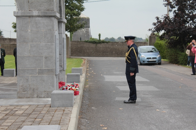Group Captain Peter Wood lays a wreath on behalf of the Australian Defence Forces (Sara Nylund)